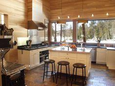 #Cocina de #vivienda de #madera con troncos de árbol como vigas. Villa du Lac du Castor (Francia). #Wood #Architecture