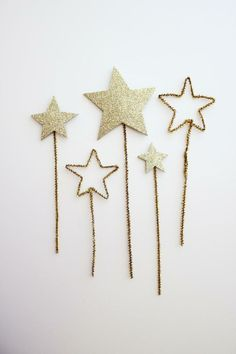 Gold pipe cleaners + craft paper = holiday wands. The kids will be entertained for hours.