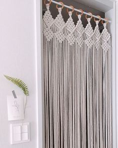 Great Absolutely Free Macrame curtain Thoughts If you have found the new macramé collection and you're simply addicted for this ageless write, y Macrame Design, Macrame Art, Macrame Projects, Macrame Knots, Diy Projects, Deco Studio, Macrame Curtain, Diy Curtains, Closet Door Curtains