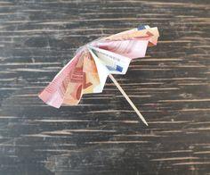 Geldgeschenk zum Urlaub basteln Anleitung Sonnenschirm falten Schritt 4
