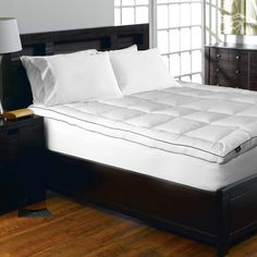 This comfortable mattress pad offers a 1000 thread count and baffle box construction. Pin stripes on the 2-inch gusseted sides complete the look.