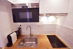 Idéalement situé à deux pas des Invalides, ce petit studio destiné à la location saisonnière est optimisé à l'extrême. Une hauteur sous plafond de 3m à rendu possible la création d'un lit mezzanine, permettant de consacrer un maximum de surface à la pièce à vivre. Un palier, situé dans l'escalier qui mène à la mezzanine, a été créé dans le prolongement du plan de travail de la cuisine. Ce palier permet à la fois d'y loger un bureau mais également d'accéder à la fenêtre du stu... Micro Studio, Mezzanine Bedroom, Asian Decor, Studio Apartment, Home Staging, Small Spaces, Sweet Home, New Homes, Interior Design