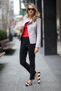 ¡Adiós a los sastres, a los bloques de color sin vida, a los zapatos aburridos! Las prendas que usas a diario hablan de tu estilo, de tu personalidad. ¿Por qué no usar falda con unos lindos tacones rojos o plateados? Arriésgate a cambiar, sin dejar de ser tú misma.
