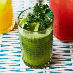 Snacka om grönkålskick! En favoritdrink i repris med få ingredienser och helt utan alkohol. Välj en riktigt god färskpressad apelsinjuice, mixa med grönkål och söta med flytande honung. Skeptisk till den gröna färgen? Våga prova! Mixer, Detox, Japanese, Snacks, Ethnic Recipes, Food, Liquor, Appetizers, Japanese Language