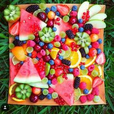 Fruit platters like this ♡ Party Food Platters, Fruit Platters, Healthy Snacks, Healthy Recipes, Good Food, Yummy Food, Snacks Für Party, Food Presentation, Fresh Fruit