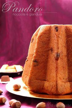 Il pandoro nocciola e gianduia mantiene la sofficità e il gusto tipico del pandoro, ma con un leggero aroma di nocciole e cioccolata gianduia, molto goloso Italian Christmas Cake, Anna Cake, Sweet Corner, Flaky Pastry, Sweet Bread, Holiday Desserts, Cakes And More, Food Art, Italian Recipes