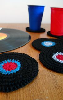'On the Record' free crocheted coaster pattern by Amy van de Laar. Quick and easy, a cute gift for a music-lover.
