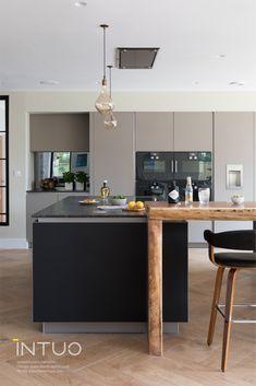 Eine außergewöhnliche Küche mit gleich 2 Kochinseln, dunklen Glasfronten und integrierter Barlösung!  INTUO - Designküchen mit Charakter  #exklusiveküche #küchendesign #kueche #küche #küchen #kücheninspiration #kitchen #kitchendesign #kitcheninspiration #küchenidee #kücheeinrichten #kücheninsel Küchen Design, Decorating Kitchen, Kitchen Inspiration, Cake