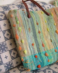 This was a photo only no details couldn t find the source i would love to know if something like this could be done on a rigid heddle loom Weaving Designs, Weaving Projects, Weaving Patterns, Weaving Textiles, Tapestry Weaving, Loom Weaving, Hand Weaving, Mode Crochet, Fabric Bags