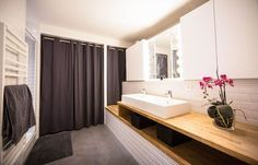 Les deux chambres profitent également d'une salle de bains commune