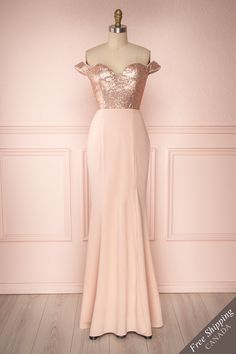 Vinhan This dazzling rose gold sequins dress is a jewel to wear on the most special of occasions! Rose Gold Gown, Rose Gold Sequin Dress, Rose Dress, Rose Gold Dresses, 15 Anos Dresses, Women's Dresses, Dresses Online, Damas Rose, Off Shoulder Bridesmaid Dress