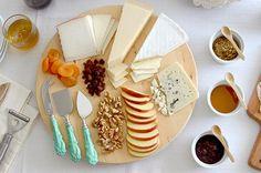 How to make a cheese plate - Cómo preparar una tabla de quesos Cheese Table, Cheese Plates, Cheese Appetizers, Wine Cheese, Charcuterie, Deli, Nom Nom, Picnic, Brunch