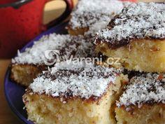 Tvarohové řezy s kokosem vydrží vláčné a připravit je můžeme i bez polevy. Czech Desserts, Tiramisu, Cheesecake, Food And Drink, Yummy Food, Baking, Ethnic Recipes, Bread Making, Delicious Food