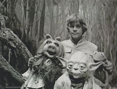 Star Wars: Episode V - The Empire Strikes Back - Behind-the-scenes: On Dagobah, Luke & Yoda get visited by Miss Piggy and Kermit.