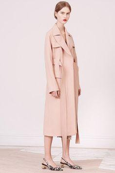 さらりと羽織れる薄手のアウターを先取りロング丈のコート編