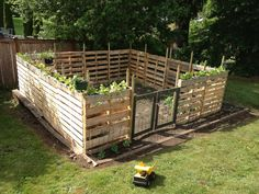 Building a pallet fence could very well be one of the fastest and most cost-effective ways to meet your fencing needs. Pallet fences are simple and cheap! # pallet garden ideas 12 Impressive Pallet Fence Ideas Anyone Can Build - Off Grid World The Farm, Pallet Privacy Fences, Potager Palettes, Diy Garden Fence, Wooden Garden, Easy Garden, Garden Art, Palet Garden, Pallet Garden Projects