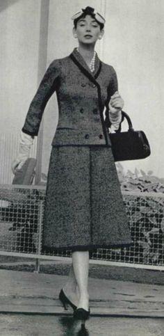 1955 DIOR suit .Ce tailleur en tweed marine et blanc de lesur est tout bordé de bleu marine.