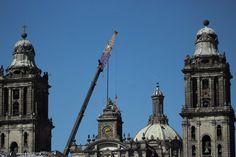 Retiro de las Tres Virtudes Teologales de Manuel Tolsá en la Catedral Metropolitana de la Ciudad de México que resultó severamente afectada después del terremoto del pasado 19 de Septiembre.