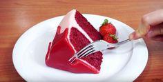 Kesäisin on tarjolla mitä ihastuttavimpia kakkuja erilaisissa juhlissa. Vaikka kaikki kakut ovat kauniita omalla tavallaan, tämä punainen unelma vie varmasti kaiken huomion tarjoilupöydässä. Vaikka kakku saattaa aluksi vaikuttaa mansikkatäytekakulta, viimeistään sitä leikatessa yllätys paljastuu. P