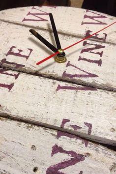 OROLOGIO  realizzato con botte del vino e decorato a mano . Decoration wine.