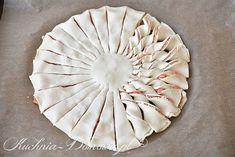 Pikantna przekąska z ciasta francuskiego w kształcie słońca (a może kwiatka ;)). Ciasto francuskie przełożone jest serkiem kremowym i wędzonym...