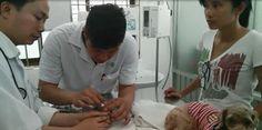 Deze foto geeft goed weer dat elk van de partijen betrokken zijn bij het zieke hondje. De dierenarts informeert het baasje over hoe zij haar honden moet verzorgen. De puppy heeft namelijk een virus opgelopen, omdat de moeder hond ziek is. De vrouw had er voor gekozen om de honden niet in te enten tegen ziektes.