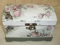Risultati immagini per bau em mdf com decoupage Diy Painting, Painting On Wood, Shabby Chic Furniture, Painted Furniture, Book Crafts, Diy Crafts, Adult Crafts, Decoupage Box, Altered Boxes