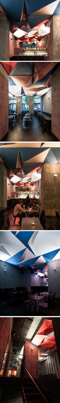 Voici une bonne adresse pour aller boire un verre, If Dogs Run Free est un bar disposant d'un plafond assez incroyable, multi-facettes, inspiré des paysages montagneux de la peinture traditionnelle chinoise. Au-delà d'avoir réalisé ce plafond, les architectes Gregorio S.Lubroth et Chieh-shu Tzou et trois de leurs amis ont lancé ce bar et comptent bien y ajouter une série d'installations signés par d'autres designers et architectes