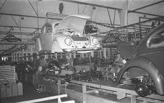 VW Beetle assembly line - Hochzeit: Das Foto zeigt den Moment in der Fertigung, an dem die Karosserie mit...