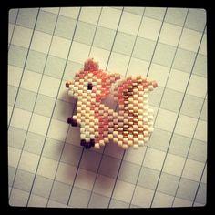 Ma petite broche écureuil a eu grand succès hier sur mon pull! Elle a été beaucoup observée ✨ #broche #ecureuil #brooch #squirrel #miyuki #brickstitch #jenfiledesperlesetjassume #jenfiledesperlesetjaimeca #motifrosemoustache #bijou ✨