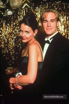 A gallery of Dawson's Creek publicity stills and other photos. Featuring Katie Holmes, James Van Der Beek, Michelle Williams, Joshua Jackson and others. Dowson Creek, Dawson's Creek Cast, Joey Potter, Tv Couples, Michelle Williams, Hallmark Movies, Katie Holmes, Film Aesthetic, Downton Abbey