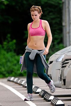 Emma Watson - Emma Watson isn't afraid to show off her flat stomach and petite waist after a hard workout! The Harry Potter princess chose to bare this hot pink sports bra with forest green leggings for her sweat session. Emma Watson Sexy, Emma Watson Estilo, Emma Watson Movies, Lucy Watson, Emma Watson Beautiful, Emma Watson Sexiest, Emma Watson Casual, Alex Watson, Fitness Logo