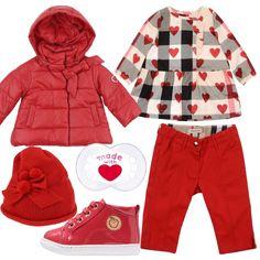 Il rosso domina la festa di San Valentino, anche per le nostre piccole signorine. A partire dal piumino imbottito con cappuccio e ficco sul collo, nella stampa a cuori dello scamiciato di cotone a quadri, e anche nei pantaloni dritti con spacchetti sulla caviglia. Gli accessori rimangono nelle tonalità del rosso con le scarpe stringate di vernice, il berretto di lana con fiocco e pon-pon, e anche nella stampa a cuore del ciuccio.