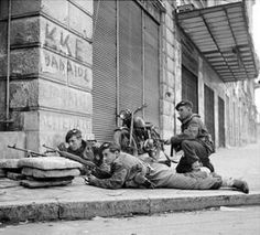 Civil War in Greece, Immediately after the end of the Second World War, civil war erupts in Greece and leads to British troops being deployed on the streets of Athens. British Armed Forces, British Soldier, British Army, Ww2 Photos, Photos Du, Military Photos, Military History, Parachute Regiment, Military Branches