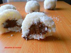 ecco le palline al cocco e ricotta con ripieno di nutella..un fresco dolce per l'estate, semplicissimo, si prepara in pochi minuti per una coccola serale