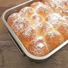 Buchty s povidly - traditional Czech sweet buns with jam inside (recipe in Czech) Sweet Buns, Sweet Recipes, Rum, Goodies, Treats, Traditional, Baking, Cakes, Gummi Candy