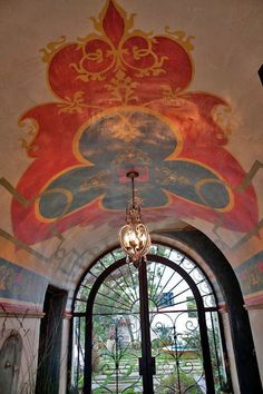 Eye For Design: Decorating In Old Spanish Colonial Style Spanish Colonial Decor, Spanish Style Homes, Spanish Revival, Spanish House, Colonial Decorating, Spanish Design, Ceiling Murals, Ceiling Beams, Wall Murals