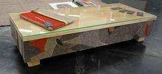 Der  BEISTELLTISCH MOZAIK ist ein ausgefallenes Stück, Mit viel Geduld und Handarbeit wurde das Möbelstück mit einem Stoffmozaik verziert. Zum Schutz der Holzplatte haben wir eine Glasplatte drauf gelegt. Maße: 40 x 27,5 x 70 cm Material: Holz & Wolldecke und Glas