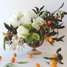 #arreglofloral #decoración #flores #frutas #blancoynaranja #verano
