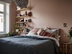 VACKRA RUM I FIL - SNYGG OCH SMART TREA Gravity Home, Interior Design Bedroom, Room Inspiration, Small Master Bedroom, Bedroom Interior, Home, Interior Design Bedroom Small, Aesthetic Bedroom, Home Bedroom