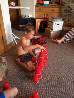 Stack the cups. Minute to Win It games perfect for family reunions, classroom parties, kids' birthday parties, youth groups or any other fun gathering! Have a blast racing the clock with these 60 second challenges! Games For Kids Classroom, Games For Boys, Water Games For Kids, Family Reunion Games, Family Games, Family Reunions, Sleepover Party Games, Kitty Party Games, Party Fun