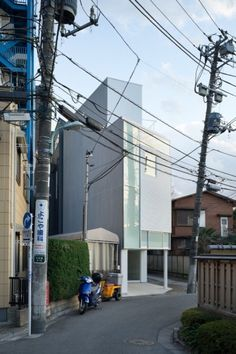 House in Nakameguro is a minimalist house located in Tokyo, Japan, designed by Hayashijun Takashi Architects. The small home is located on a full plot in the heart of the city. (1)