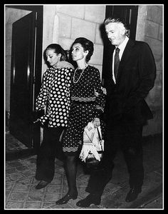 Audrey Hepburn with her beloved friends Capucine and Hubert de Givenchy after a dinner at Maxim's in Paris in October Audrey was wearing a Valentino dress, Bvlgari pearl necklace, Gucci bag, Givenchy scarf and Charles Jourdan shoes. Yves Saint Laurent, Elsa Peretti, Carolina Herrera, Coco Chanel, Karl Lagerfeld, Audrey Hepburn Born, Head Scarf Styles, Valentino Dress, Hollywood Actresses