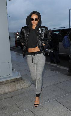 Rihanna pantalon jogging gris pull noir veste en cuir lunettes