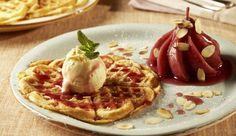 Warme Waffeln mit Puderzucker und sahnigem Vanilleeis ist ein echter Dessert-Klassiker aus der belgisch-französischen Küche. Das Besondere an diesem Rezept ist die saftige Birne mit Glühweinsauce.