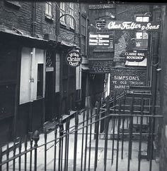 Old Photos of Pubs in London a Century Ago ~ vintage everyday City Of London, Old London, Pubs In London, London Street, Victorian London, Vintage London, Victorian Era, London Fotografie, Pub Interior