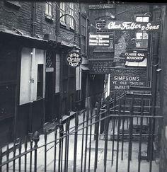 Old Photos of Pubs in London a Century Ago ~ vintage everyday Pubs In London, Old London, London Street, London City, Victorian London, Vintage London, Victorian Era, Pub Interior, Pub Design