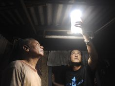 Amazing work by Philippine non-profit organization MyShelter Foundation in cooperation with the government, bringing light to homes using only discarded plastic bottles, water and bleach. Solar Light Bulb, Solar Lights, Bulb Lights, Foyers, Solar Energy, Solar Power, Social Design, Empty Plastic Bottles, Pop Bottles