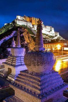 Le Potala, il est l'ancien palais du Dalai-lama à la capitale de Lhassa au Tibet, avant l'invasion chinoise.