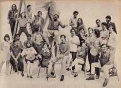 3° Festival da Record, em 1967: Nara Leão, Sidney Miller, Rita Lee, Arnaldo Baptista e Sérgio Dias Baptista, Zé Rodrix (de óculos, embaixo da escada), Maurício Maestro (de óculos), Os Incríveis (alto da escada), Marilia Medalha, Gilberto Gil, Edu Lobo, Chico Buarque, Caetano, Nana Caymmi, Geraldo Vandré, Roberto Carlos, Sergio Ricardo (sentado), David Tygel, MPB4, Capinam, Beat Boys e Torquato Neto. Veja também: http://semioticas1.blogspot.com.br/2013/04/o-novo-jards_8633.html